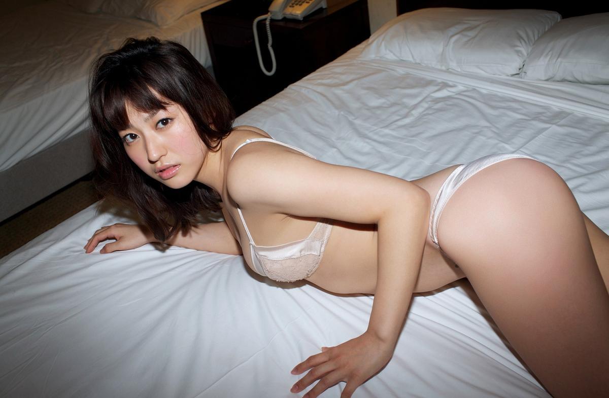 黒田有彩さんのインナー姿