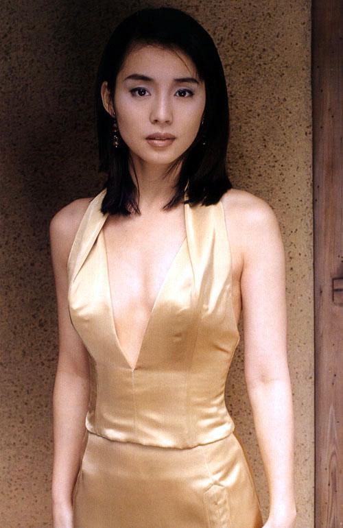 ファッションモデルの石田ゆり子さん